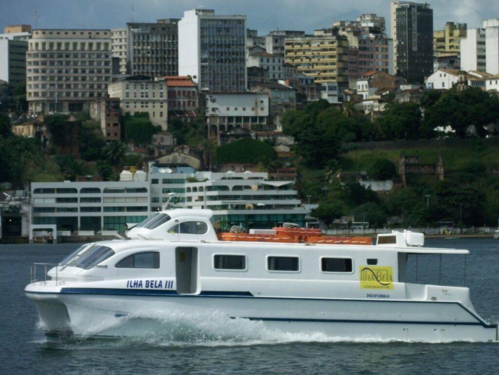 Catamarã Ilha Bela III, da empresa Ilha Bela TM, chegando em Salvador