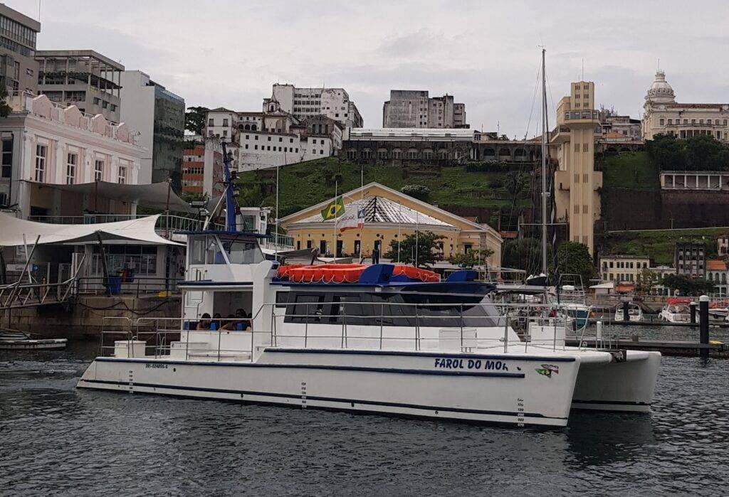 Catamarã Farol do Morro, em frente ao Mercado Modelo e elevador Lacerda